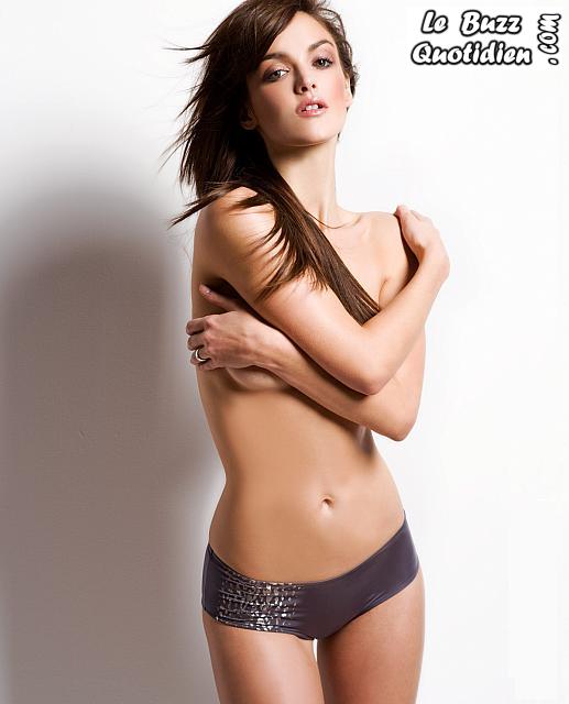 Charlotte Lebon topless presque nue
