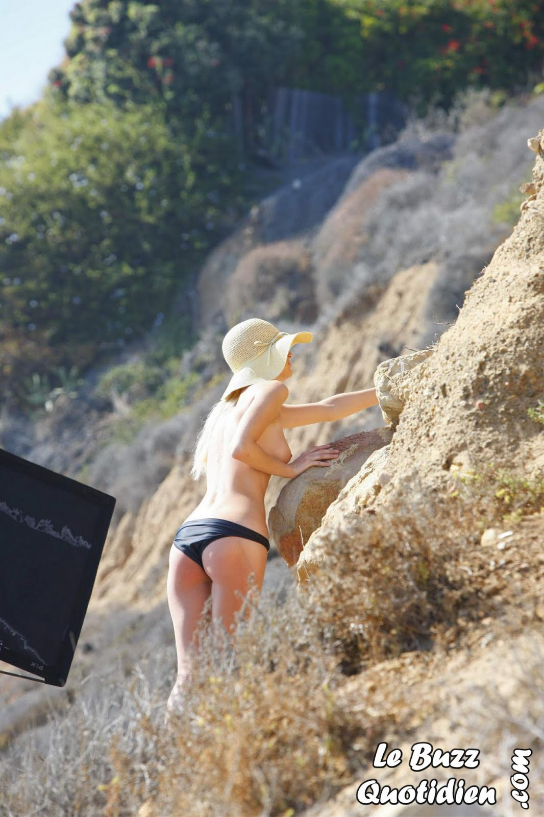 Paris-Hilton-topless