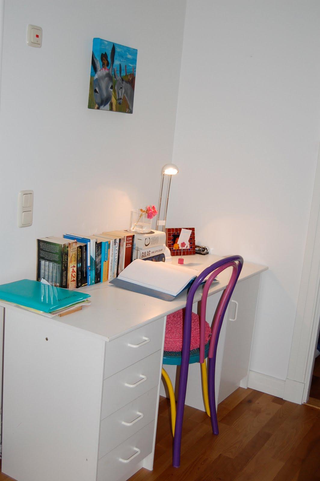 Escrivaninha com os muitos livros pegos no mesmo dia mais a cadeira  #1C8090 1064x1600