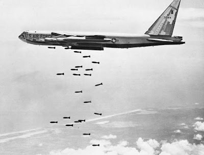Un bombardiere pesante americano(B-52) durante un bombardamento a tappeto