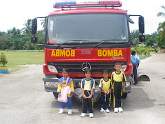 Farouk bersama kawan depan kereta Bomba