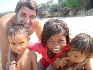 עם ילדים מקומיים בנוסה דואה