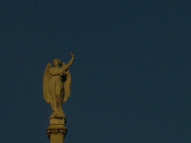 un ange suspendu dans le néant bleu