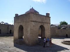 آتشكده باستاني باكو ( اذربايگان ) اين اتشكده هم زمان با اتشكده تخت سليمان مورد استفاده بوده است.