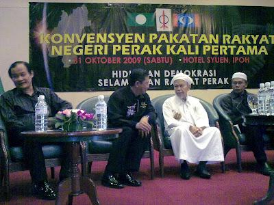 YAB. Tuan Guru Dato' Nik Abdul Aziz Nik Mat didampingi oleh Pesuruhjaya PAS Perak, YAB. Menteri Besar Pakatan Rakyat Perak