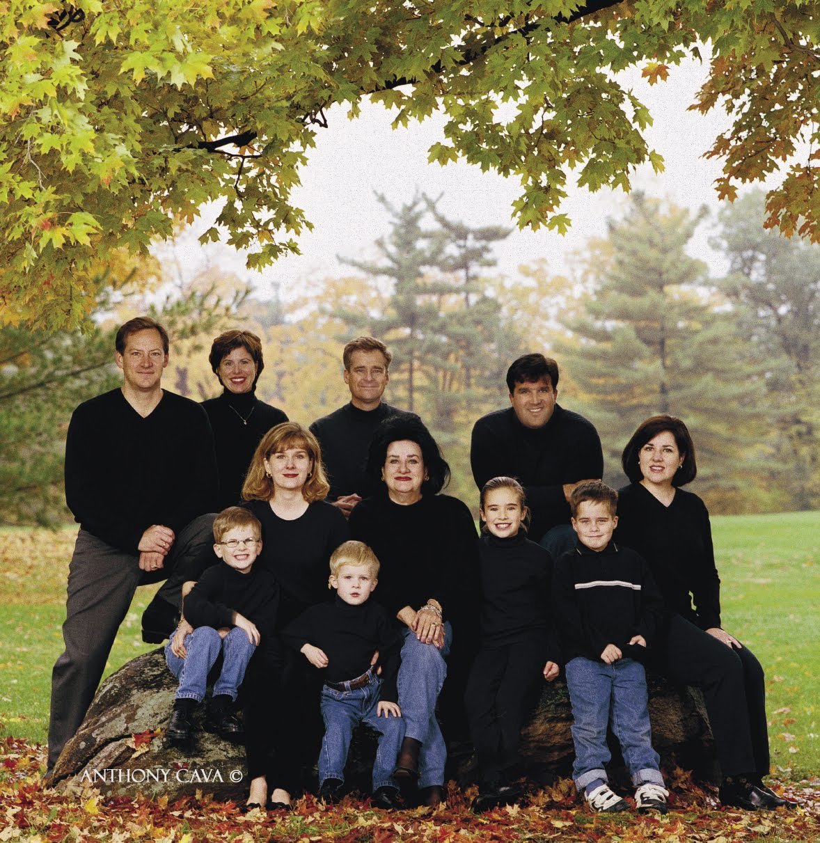 Outdoor Family Picture Pose Ideas http://portrait-photographer.blogspot.com/2010/05/adding-fill-light.html