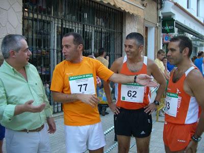 Tres de nuestros corredores locales antes de la prueba disertando con el Teniente de Alcalde Fernando Jiménez