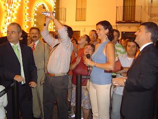Momento en el que el Alcalde de Constantina acciona el mecanismo de alumbrado