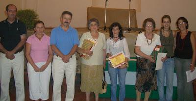 Autoridades y miembros del jurado con las tres vencedoras de la Primera Merienda Meriendo Popular de Constantina