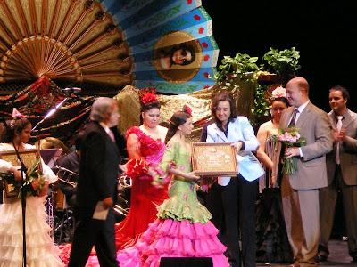 Momento en el que María recogía su premio de manos de la Alcaldesa de Córdoba