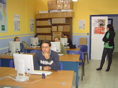 La delegada observa a los alumnos mientras reciben su primer día de curso