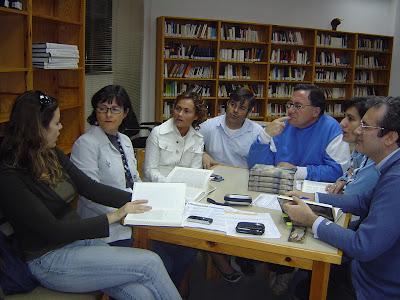 Algunos miembros del Club en la reunión de ayer, charlando sobre la obra Monteluz