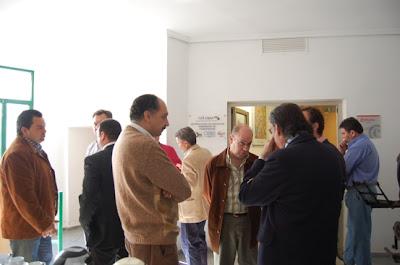 Asistentes al panel debatiendo en uno de los descansos