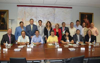 Mario Martínez (en el centro de la foto) tras la firma con la delegada y el resto de alcaldes