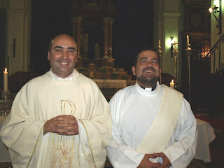 A la izq. el nuevo párroco a la derecha el diácono