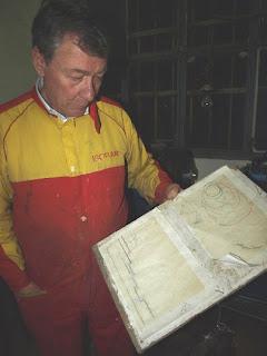 Cabrera nos muestra las mediciones en papel milimetrado del boceto de una carroza