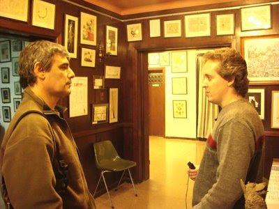 Omar Dominichi de Banda Viajera junto a César Da Col grabando los audios en el Museo de la Caricatura Severo Vaccaro