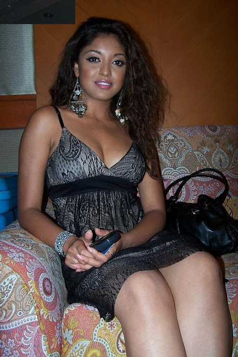tanushree dutta in mini skirt