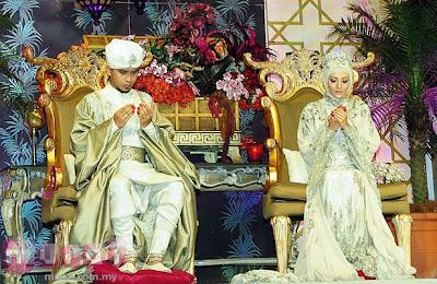 Raja + permaisuri ala padang pasir gitu. Mahal giler baju derang tu