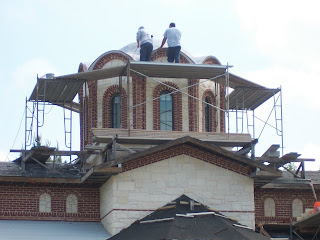 Men working of the outter dome's construction.