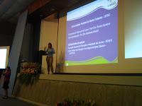 La Doctora Mariane Rossi dando una conferencia