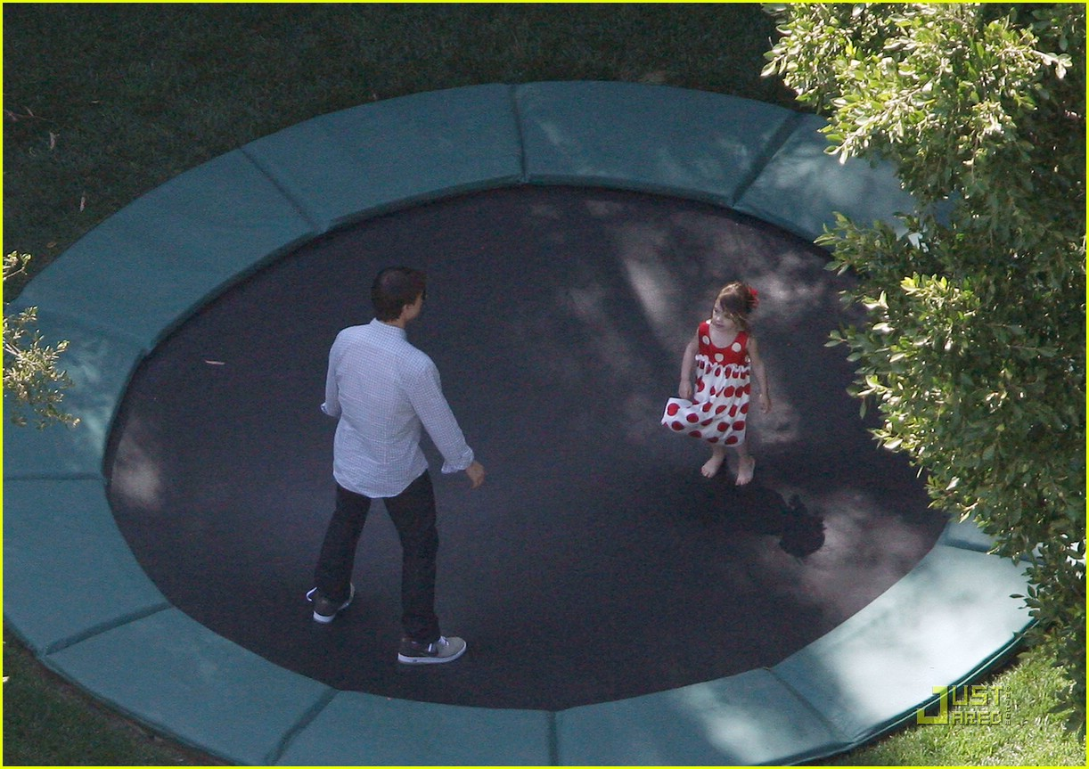 http://2.bp.blogspot.com/_iaWvO7Ov4MY/TPYJLn1TP9I/AAAAAAAABEo/MV0i13IGZ9s/s1600/suri-cruise-trampoline-birthday-13.jpg
