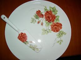 Piatto torta con rose rosse