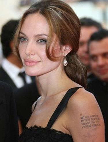 tatuagem feminina no pulso. tatuagem feminina no pulso. As tatuagens são desenhos