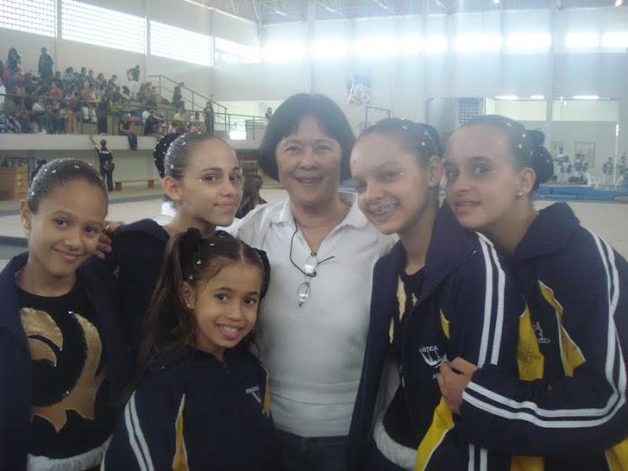 a equipe das meninas ao lado da maior arbrita do mundo