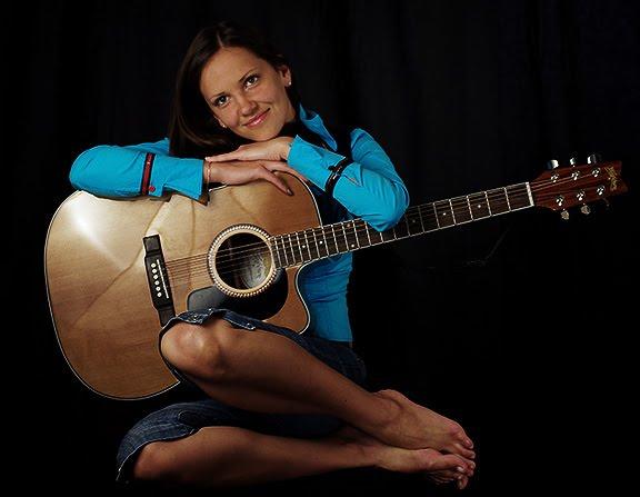фотосессия в черной студии девушка гитара