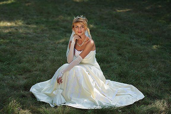 wedding bride sitting on the grass свадьба невеста сидит на траве