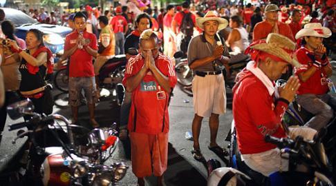 Camisola do Benfica entre os 'camisas vermelhas' tailandeses (Foto: Julian Abram Wainwright/EPA)