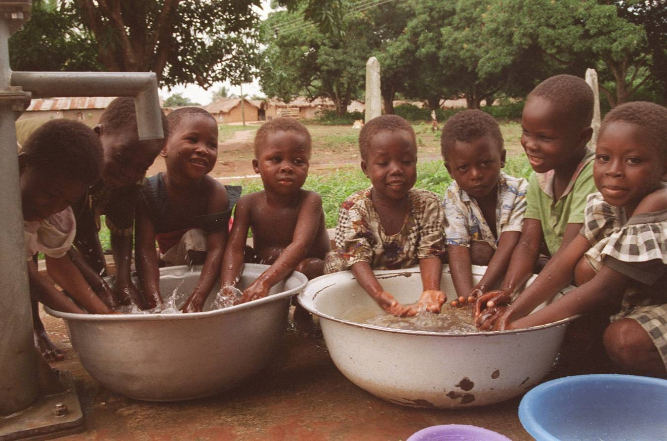 Afrika - Page 6 African+children_water_basins