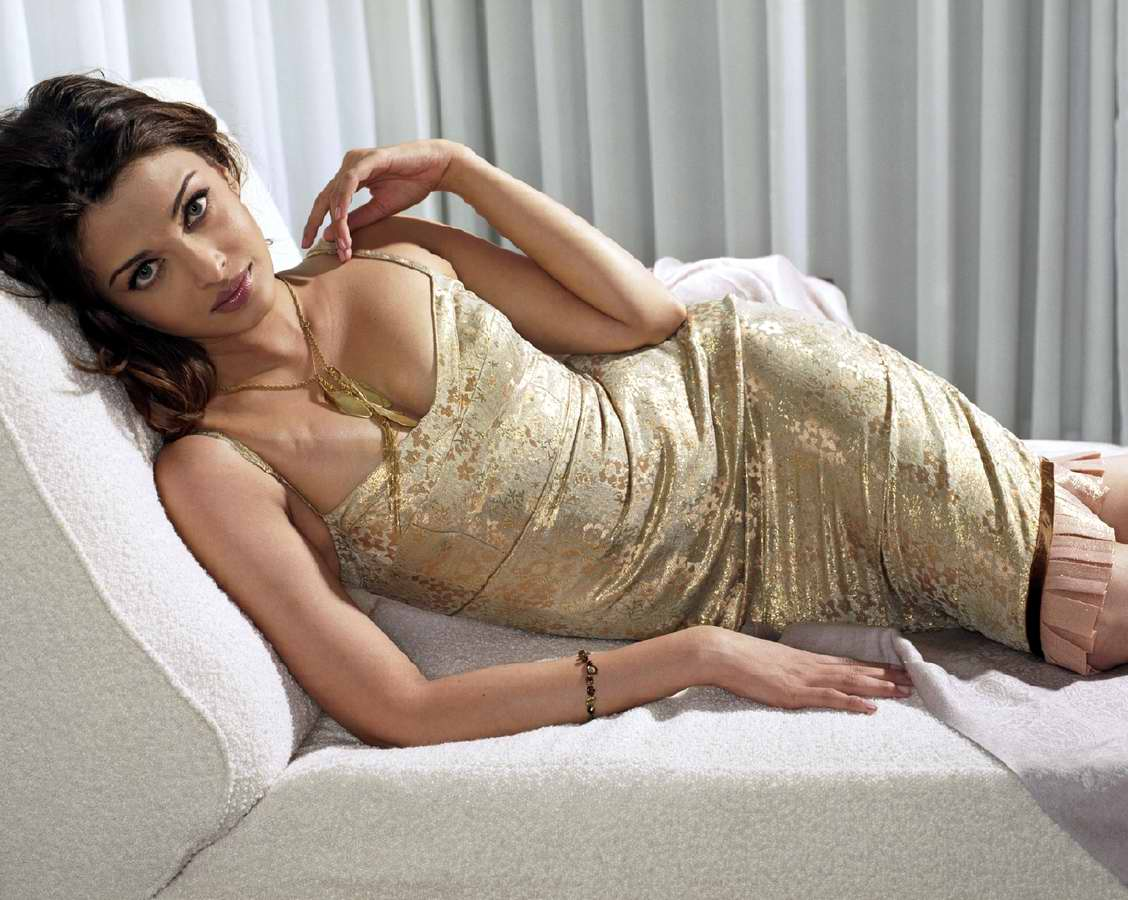 http://2.bp.blogspot.com/_iywIBCihyNU/SuMP-TnzfnI/AAAAAAAAAeA/kxubtmHbj-U/s1600/Aishwarya_Rai_Sexy_5.jpg