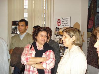 A droite, Fatiha Nesrine, auteure de l'hommage à Najia Abeer, en compagnie de Nacira Belloula, à gauche