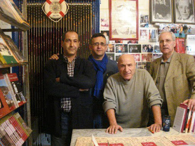 A la librairie Mille-Feuilles , Mébarek Mouzaoui, un des principaux artisans de la rencontre, à gauche de Rachid Boudjedra, Sidi-Ali, le libraire, en compagnie de Lounès Ramdani, à droite