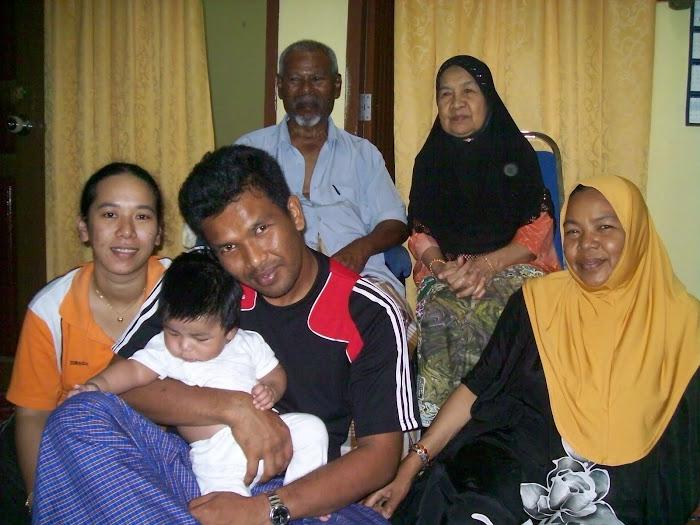 Bersama anak kedua akak,Apit dan keluarganya Jue dan Rayyan serta bonda dan ayahnda tercinta
