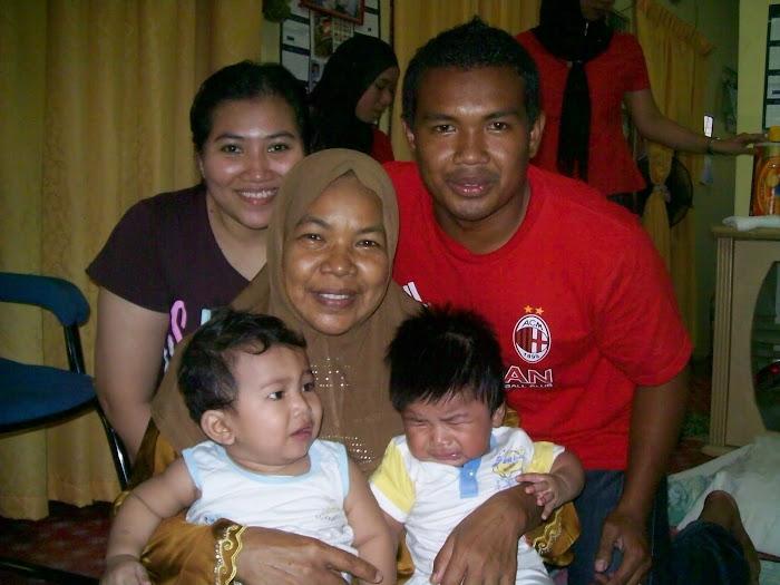 Akak bersama anak bongsu,Nasrul dan keluarganya yang tercinta,Jee dan Qayyuum.Nangis tu anak Apit.