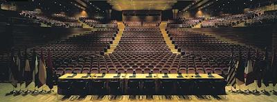 La Sala García Lorca del Palacio de Exposiciones y Congresos de Granada. Si chapurreas inglés aquí, de pie en la cuarta o quinta fila, ya te da igual hacer un striptease o lo que haga falta.