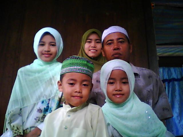 My Family Tersayang...dari kiri kakcik, ateh, abah, sebelah hadapan dari kiri danial n kak yun