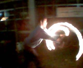 Juan com círculos de fogo na sua frente