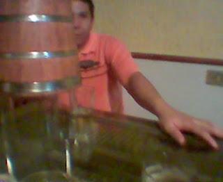 Netão servindo pinga no balcão