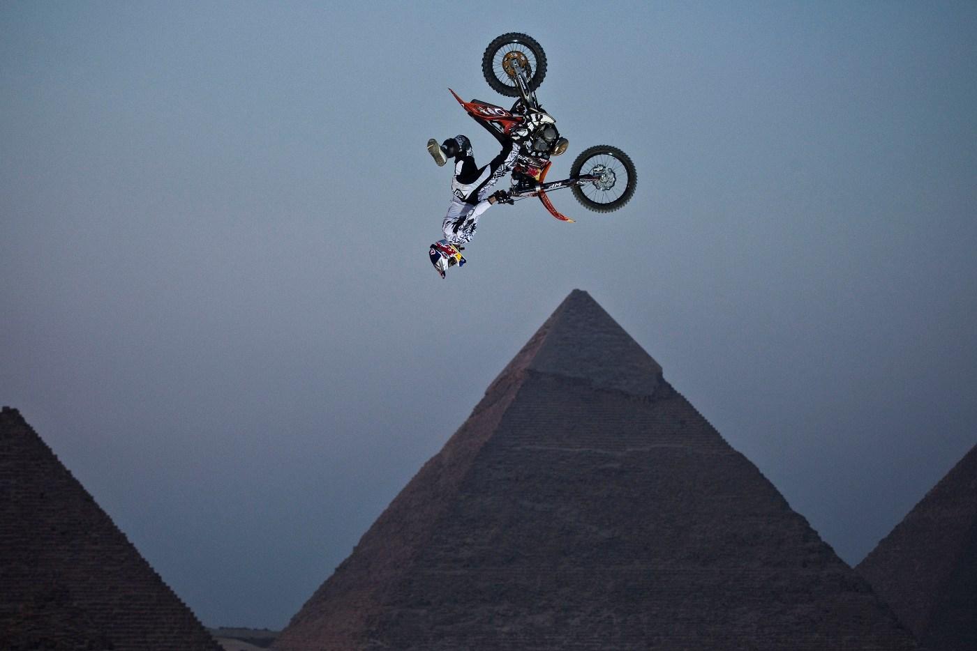 http://2.bp.blogspot.com/_j3UcEeZTdPA/S8Ti3hURFWI/AAAAAAAAC9Y/-BP4agWgaW8/s1600/As+Pir%C3%A2mides+de+Giza,+no+Egito,+ser%C3%A3o+o+palco+da+segunda+etapa+no+m%C3%AAs+que+vem.jpg