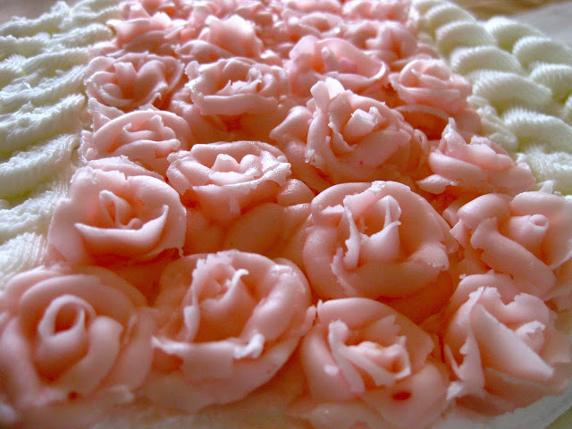 frosting roses on cake
