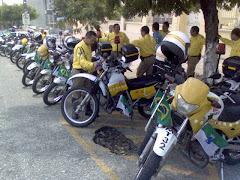 pelotão de motocicletas (foto amadora de Ernesto)