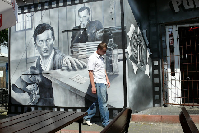 Projekt baru, wystrój baru poprzez malowanie obrazu na ścianie w czarno-białej kolorystyce, Warszawa
