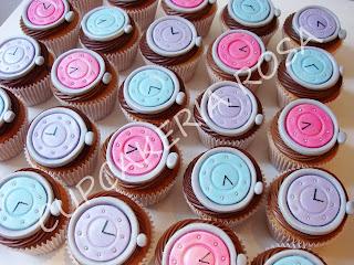 CUPCAKERIA ROSA - Bolos Artísticos e Cupcakes em Curitiba  Cupcakes Relógios c989da6ecc4