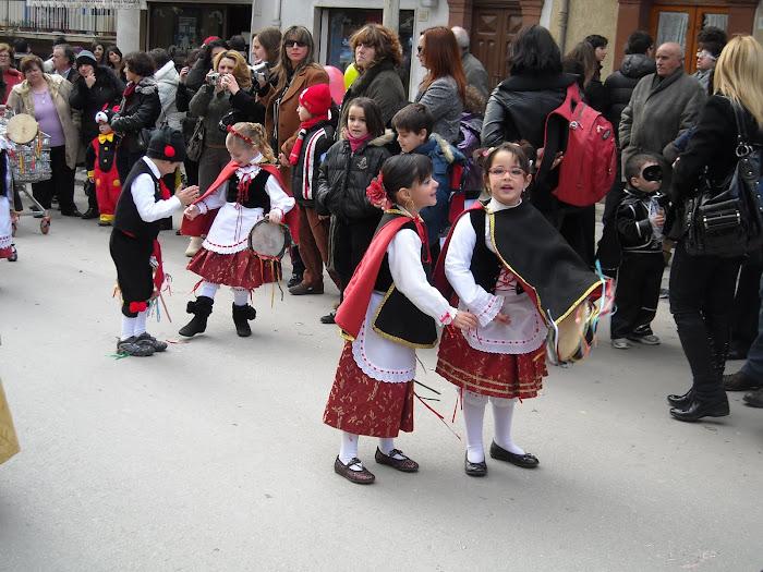 Festa del Mandorlo in fiore ... bimbe che sfilano con le scuole .. per le vie del paese..