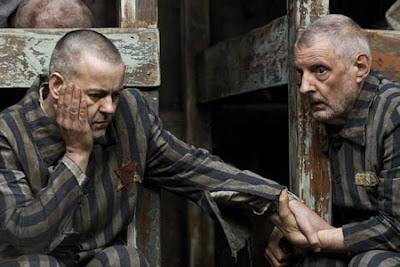 El Juicio A Dios. En la tradición judía es habitual discutir sobre Dios, un grupo de prisioneros judíos en Auschwitz deciden poner a Dios en tela de juicio.