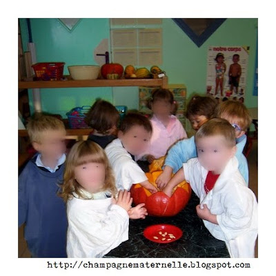 Classe de petite section maternelle en train de vider une citrouille d'halloween à l'école